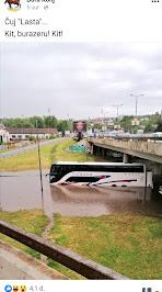 Lastin autobus ide kroz vodu