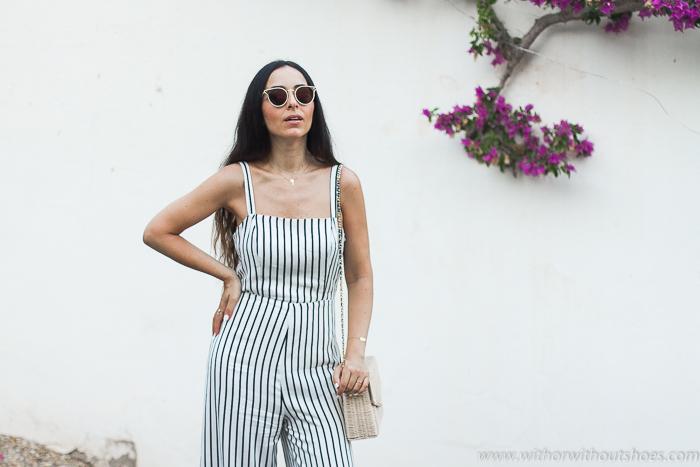 Blogger influencer en Mojácar con ideas de oufit comodo con estilo con Mono con rayas blanco y negro