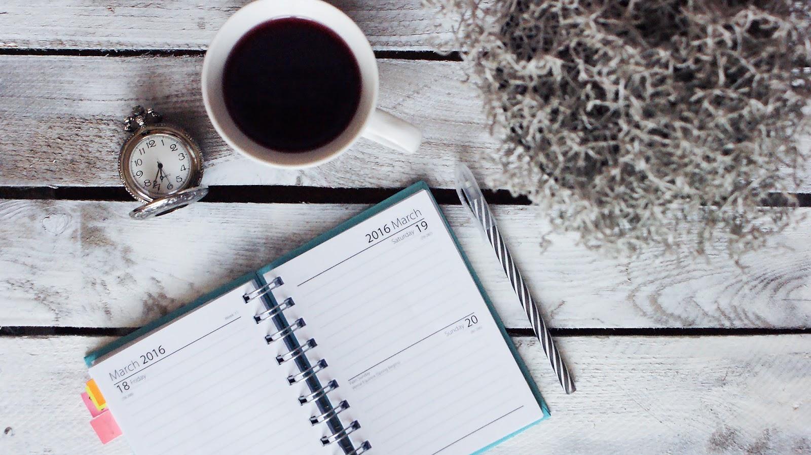organizacja, jak się zorganizować, kalendarz, zegarek, vintage, drewno, herbata, poradnik