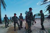 Tak Kenal Lelah, Prajurit Kipan B Yonif 645 Bersihkan Pantai Sinam