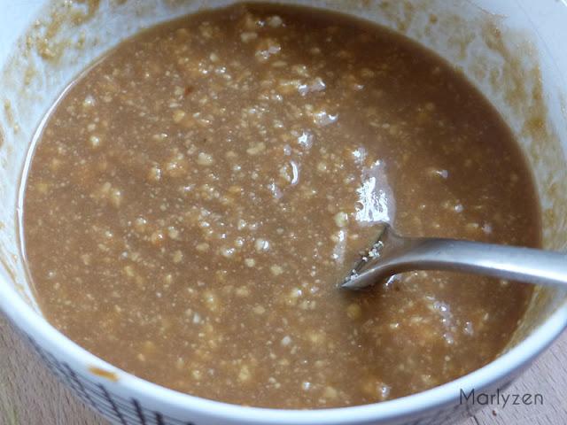 Préparez la sauce hoisin-cacahuètes.