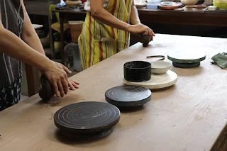 山野草盆栽の教室の陶芸体験教室 粘土をこねる