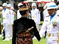 Jokowi Turun Kelapangan Salami Komandan Upacara