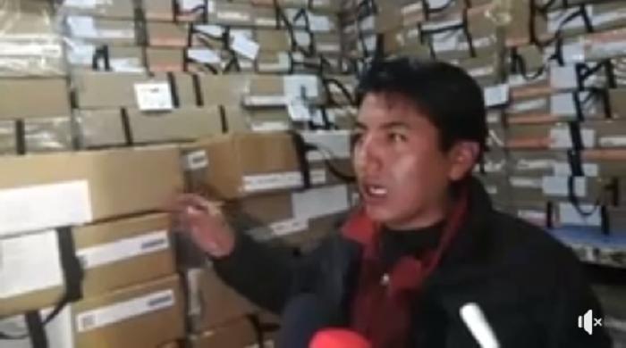 Pumari mostrando todo el material acopiado en una casa, en frente del TED de Potosí / RRSS