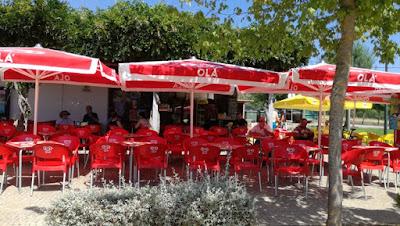 Esplanada do bar da praia da Ribeira