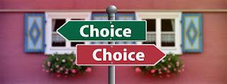 placas-indicando-escolhas-boas-e-ruins-em-sentidos-opostos
