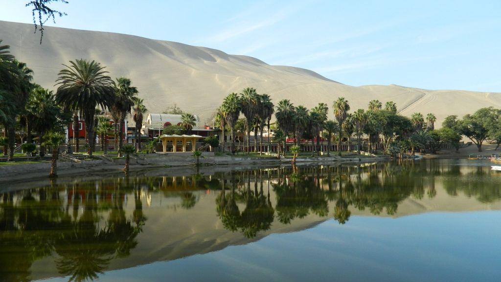 Озеро в оазисе Уакачина в Перу