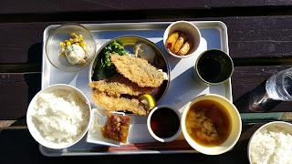 アジフライランチは給食のアルミトレーにのせて出てきます。
