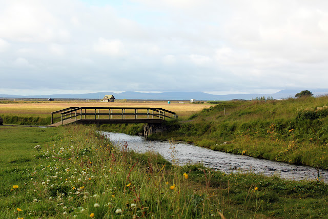Puente sobre el río que forma la cascada Seljalandsfoss en Islandia