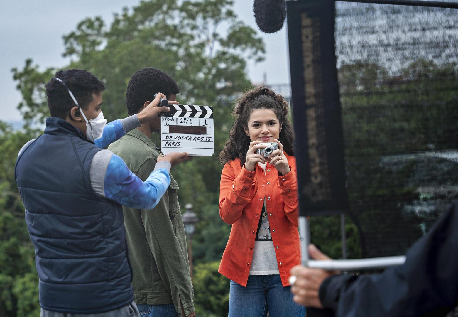 """""""De Volta aos 15"""": Nova série brasileira da Netflix com Maisa, encerra gravações em Paris"""