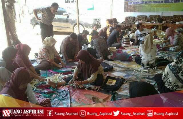 Disperindag Kabupaten Situbondo mengadakan Pelatihan Industri Kecil Anyaman Bambu di Kecamatan Sumbermalang