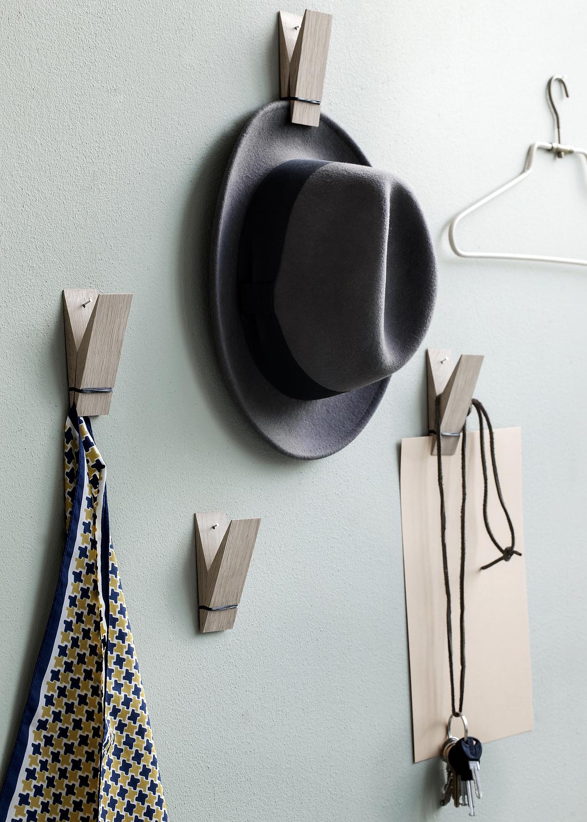 Kapelusze powieszone na ścianie