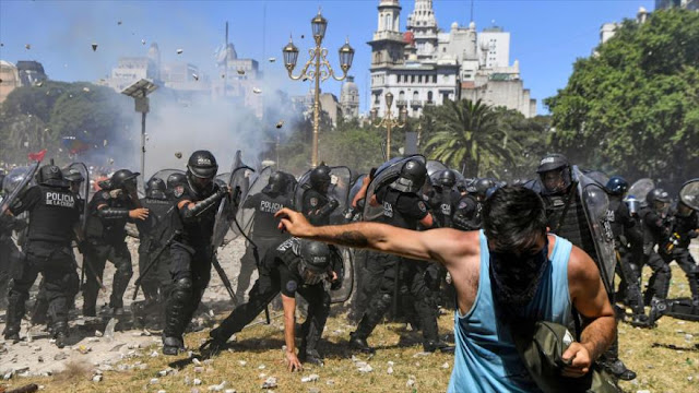 Policía argentina carga contra manifestantes frente al Congreso