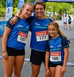 Una pequeña runner del equipo EuroTaller Theodora lleva Kilómetros por sonrisas a su colegio
