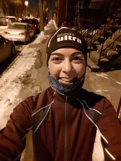 Coureuse souriante, transport actif, commute running, l'hiver, en ville