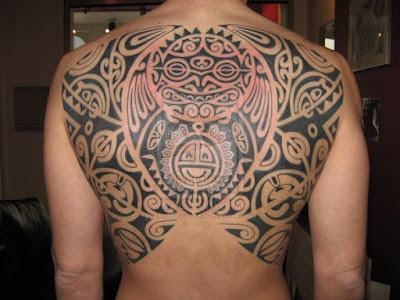 tatuaje polinesio en la espalda de un chico joven