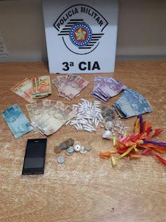 POLÍCIA MILITAR PRENDE DOIS HOMENS POR TRÁFICO DE DROGAS E APREENDE UM ADOLESCENTE EM IGUAPE