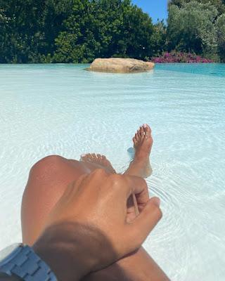 Caterina Balivo piedi spiaggia 9 agosto