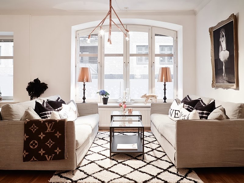 Biały apartament z nowoczesną kuchnią i dodatkami glamour, wystrój wnętrz, wnętrza, urządzanie domu, dekoracje wnętrz, aranżacja wnętrz, inspiracje wnętrz,interior design , dom i wnętrze, aranżacja mieszkania, modne wnętrza, styl skandynawski, styl nowoczesny, glamour, białe wnętrza, salon
