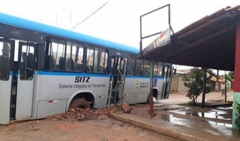 Asfalto cede, e ônibus afunda em bairro de Imperatriz