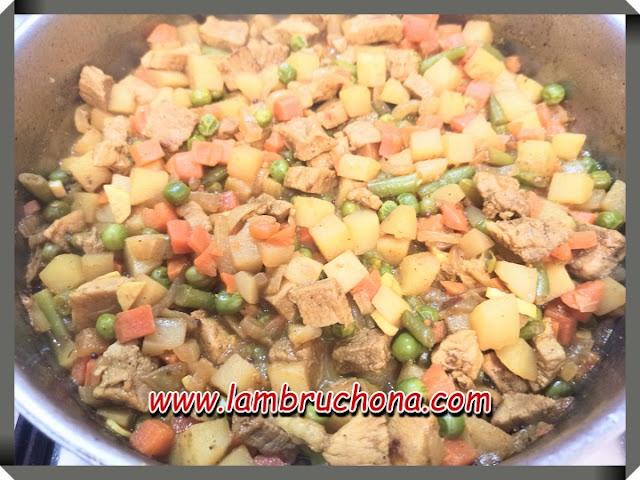Guiso de carne con verduras. www.lambruchona.com
