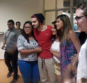 Luan Santana desembarca em Paulo Afonso e fã rouba selinho