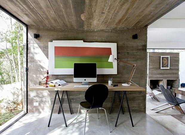 mesa com tampo de madeira e pés cavalete de ferro preto.