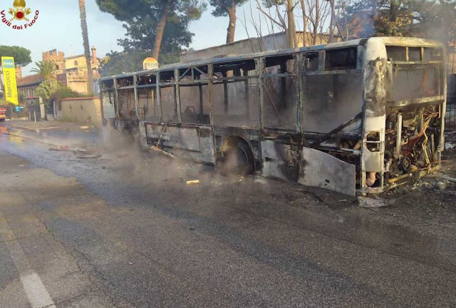 Bus in fiamme a Roma: pompieri in via Tuscolana