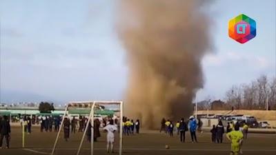 MENCEKAM! Inilah detik-detik pertandingan sepak bola diterjang tornado!
