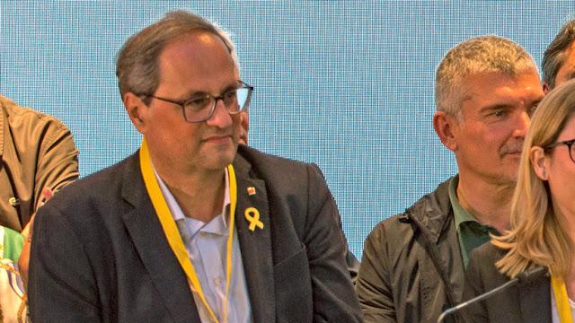 """El presidente de Cataluña vuelve a colocar una pancarta en la que se refiere a los independentistas procesados como """"presos políticos"""""""