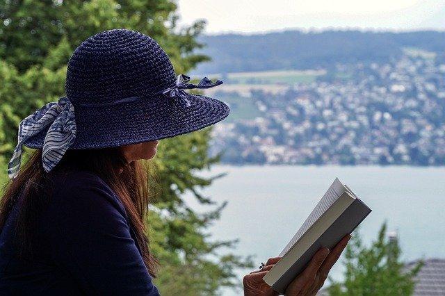 membaca buku sendirian