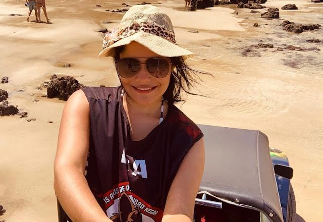 mulher em cima de um buggy tirando uma selfie