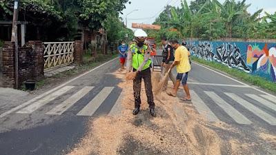 Satlantas Polres Purbalingga Bertindak Cepat Bersihkan Jalan Akibat Tumpahan Minyak