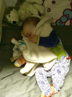 petit bébé dort paisiblement