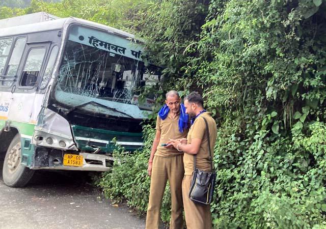 HRTC ड्राइवर बना 28 जिंदगियों के लिए फ़रिश्ता, बस का ब्रेक फेल होने के बाद सूझबूझ से बचाई जानें