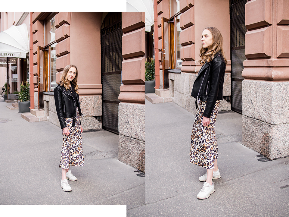 Outfit with leopard print satin midi skirt, black t-shirt, leather jacker and white chunky sneakers - Leopardikuvioitu satiininen midihame, musta v-aukkoinen t-paita, musta nahkatakki, valkoiset lenkkarit