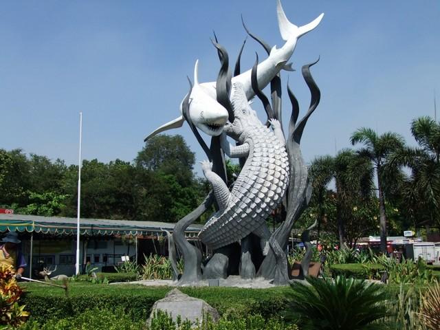 Wisata di Surabaya yang Sudah Buka Selama Pandemi Covid-19;Simbol Kota Surabaya di depan Kebun Binatang Surabaya;