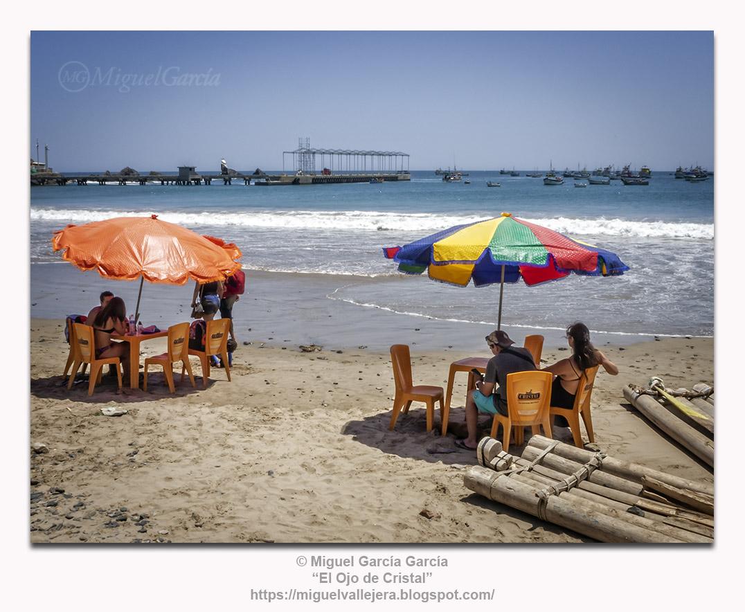 Yacila, Perú, sombrillas y balsas de pescadores.