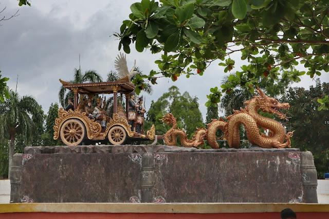 Foto Patung Naga dan Kereta Kencana Taman Sahabat