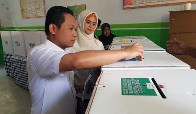 Bupati saat menyampikan hak pilihnya di TPS