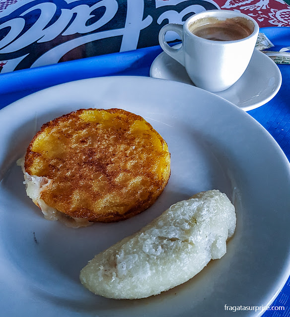 Café da manhã do Panamá: arepa e carimañola