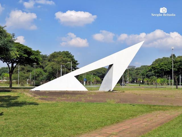 Vista ampla da Escultura que compõe o Relógio Solar da USP - Cidade Universitária - Butantã - São Paulo