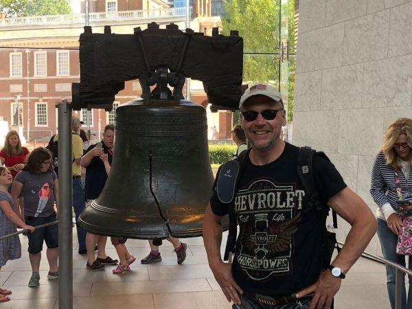Ich vor der berühmten Liberty Bell in Philadelphia