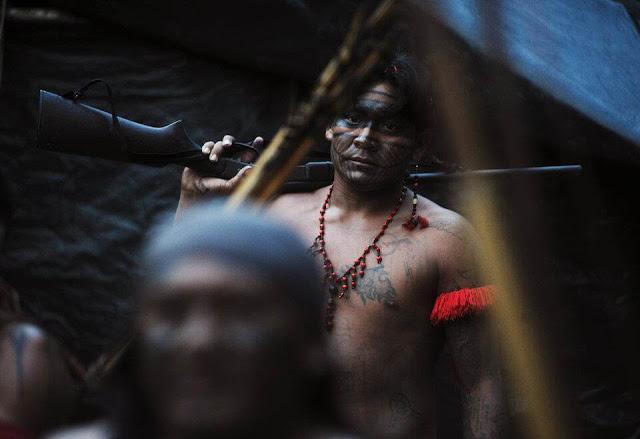 Trong những năm gần đây, nhiều bộ tộc bên trong rừng Amazon đã sử dụng súng thay cho các loại vũ khí thô sơ như giáo, cung tên tẩm độc...