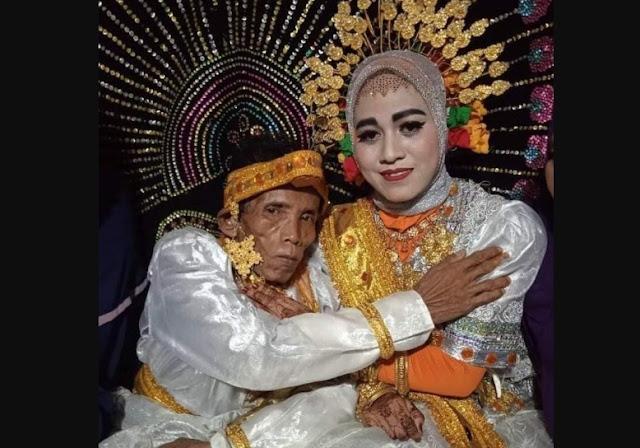 Foto Kakek Lanjut Usia Nikahi Gadis 19 Tahun di Bone