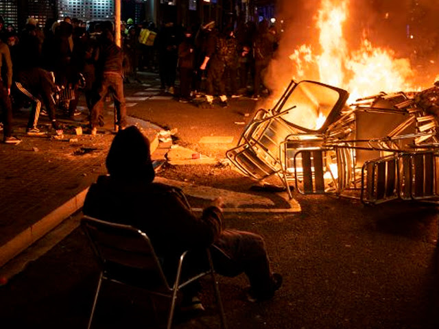 PROTESTAS POR RAPERO ESPAÑOL DERIVAN EN SAQUEOS EN BARCELONA