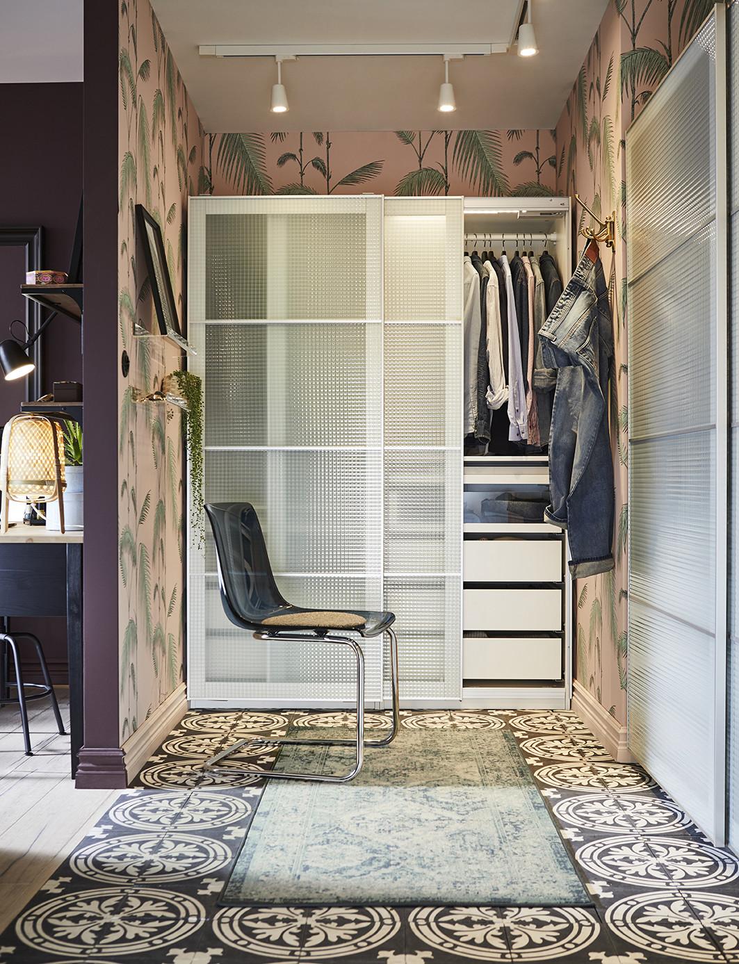 catalogo ikea 2020 dormitorio con armario puertas cristal esmerilado y silla plástico negra