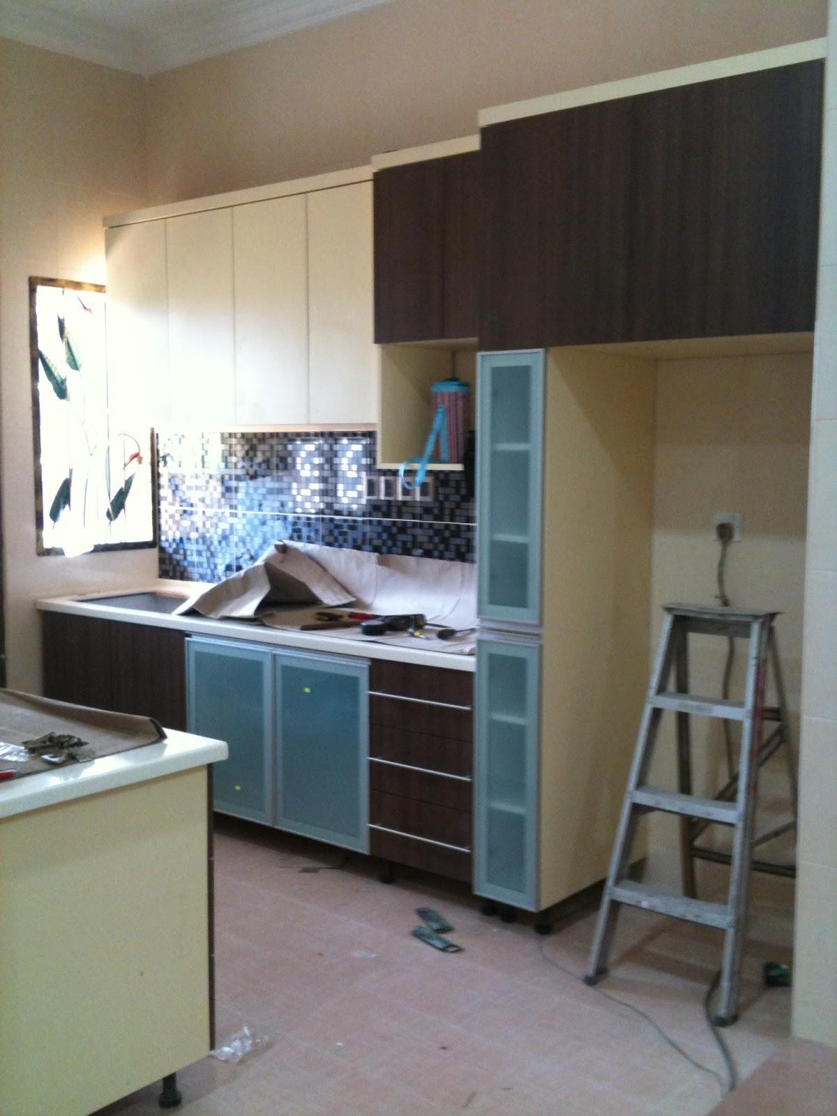 Dapur Jenis I Dengan Kabinet Di Kedua2 Belah Dinding Kanan 13 Kaki Ada Counter Top Utk Sink Dan Petiais Pintu Kaca Kat Bawah Tu Untuk Ruang