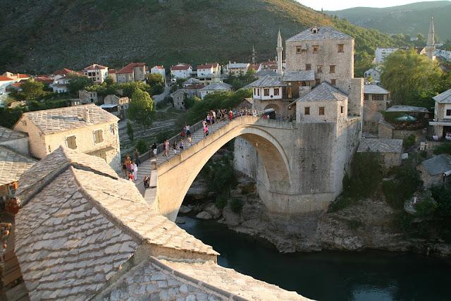 yaz mevsiminde mostar köprüsü