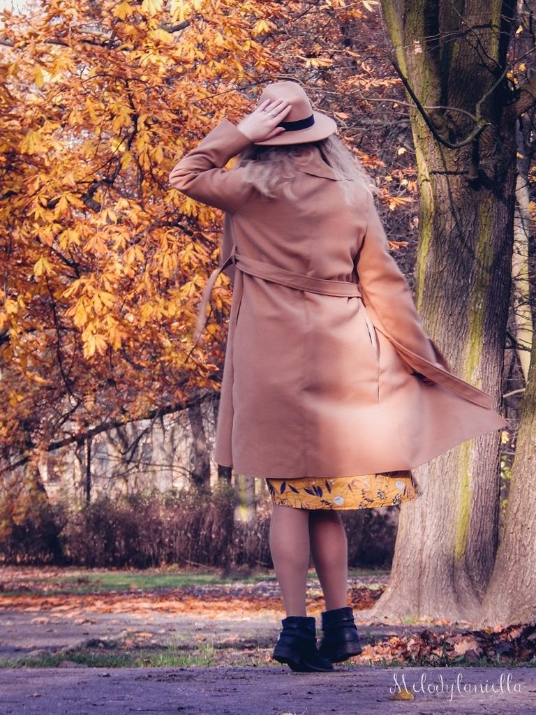 10 beżowy wiązany płaszcz na jesień wiosnę zimę beżowy kapelusz jak nosić kapelusz sukienka na jesień żółta w kwiaty zegarek daniel wellington kod rabatowy promocje rosegal zaful opinie moda fashion blogerka łódź